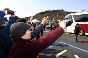 [서울포토] 현송월 일행 환영하는 시민들