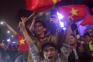 '박항서 매직' 베트남축구 4강 신화… 거리마다 붉은 물결
