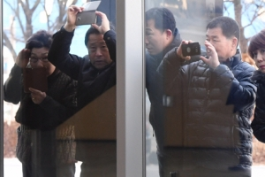 [서울포토] '현송월은 어디에'…강릉 아트센터에 보인 시민들