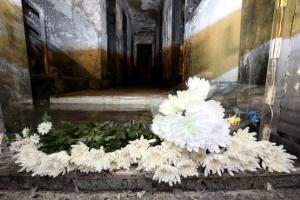 [포토] 안타까운 세모녀 죽음 앞에 '수십 송이 국화만이'