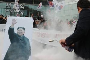 현송월 도착한 시각, 서울역광장에선 인공기 '화형식'…경찰 진화