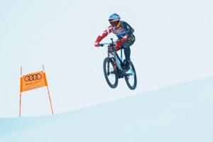 산악자전거 타고 아찔한 스키장 활강
