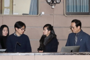현송월, 국립극장 해오름서 고개 가로젓는 모습 포착