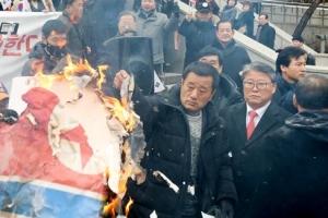 현송월 보란듯…조원진, 인공기 불태우고 김정은 초상 짓밟고 왜?