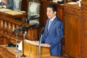 아베 '가장 중요한 이웃나라'도 뺐다… 한국 의도적 홀대