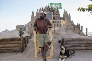 모래성에서 22년간 왕으로 '홀로' 군림한 남성