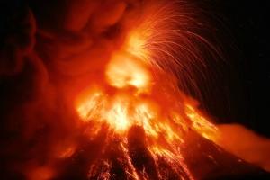필리핀 마욘화산 화산재 3㎞ 치솟아…5만 6000여명 긴급대피