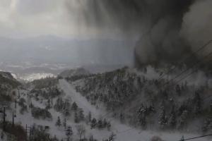 일본 군마현 화산 분화…화산 파편 '우르르' 스키장 덮쳐(영상)