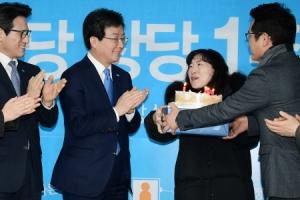 [서울포토] 바른정당 1주년 축하 케이크 받는 유승민 대표