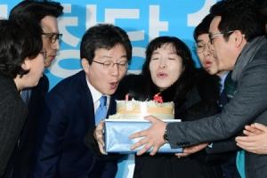 [서울포토] 바른정당 1주년 축하 케이크 촛불 끄는 유승민 대표