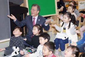 [서울포토] 문재인 대통령, 어린이들과 마술공연 관람