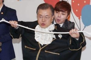 [서울포토] 문재인 대통령 '오늘은 마술보조'