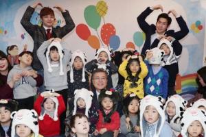 [서울포토] 문재인 대통령, 어린이들과 함께 기념촬영