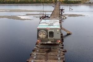 세계에서 가장 위험한 다리 건너는 SUV