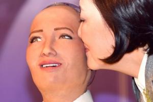 [포토] 로봇 소피아 '볼뽀뽀 당황스럽네요' 얼굴 표정도