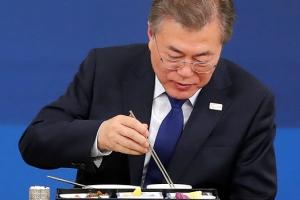 """文 """"공직사회 변화 두려워 해… 대통령 아닌 국민 바라봐야"""""""