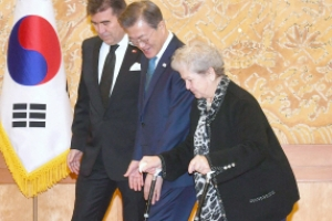 [서울포토] 주한 터키 대사 모친 안내하는 문 대통령