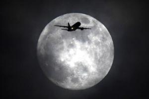 [포토] 슈퍼문을 향해 날아가는 비행기