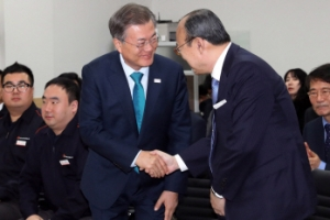 [서울포토] 문재인 대통령, 김승연 회장과 악수