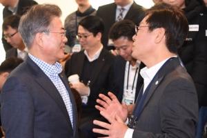 [서울포토] 이재명 성남시장과 이야기 나누는 문재인 대통령