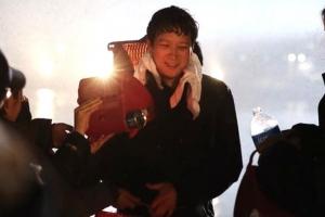 '골든슬럼버' 강동원, 영화 촬영장에서 포착...'강추위 녹이는 연기 열정'