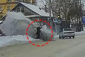 차에 치일 뻔한 여성, '이것' 덕분에 구사일생