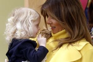 [포토] 아기 품에 안은 멜라니아 트럼프