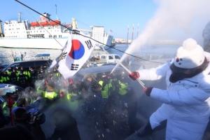 [서울포토] 만경봉호 입항에 반대시위하는 보수단체회원