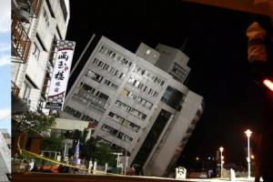 대만 화롄 지진의 처참한 현장…주요 빌딩 5채 붕괴