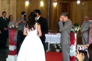 결혼식 행진 도중 갑자기 신음소리가?