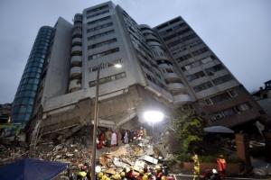 잠깨운 강진… 12층 빌딩에 50명 갇혀