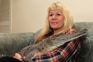 다섯 마리 악어와 '먹고 자는' 호주 여성