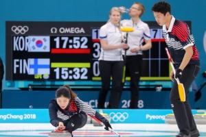 """남녀가 힘을 합치니 .. 컬링 """"평창올림픽 첫 승이요~"""""""