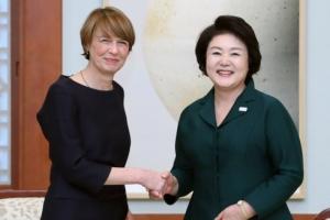 [서울포토] 독일 대통령 부인과 인사 나누는 김정숙 여사
