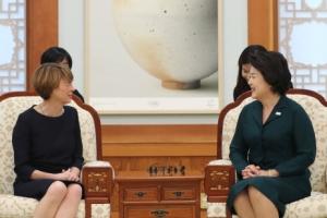 [서울포토] 김정숙 여사, 독일 대통령 부인과 환담