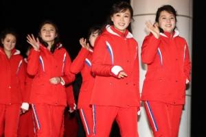 [포토] 북한 응원단, 미소 띤 얼굴로 손 흔들며 식사 장소로