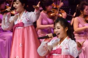 [서울포토] 북한 예술단 공연, 미소 가득 담은 노래