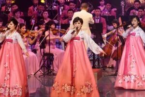 [서울포토] 분홍 한복입고 공연하는 북한 예술단