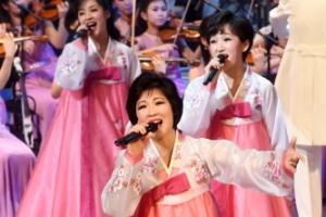 [서울포토] 열창하는 북한 예술단 공연자들