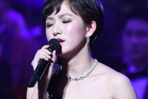 [서울포토] 눈 감고 노래하는 북한 공연자