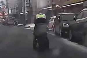 전동휠체어 밀고 가는 경찰관 사연?