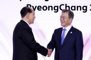 문 대통령, 북한 김영남과 악수하고 기념촬영…평창서 첫 만남