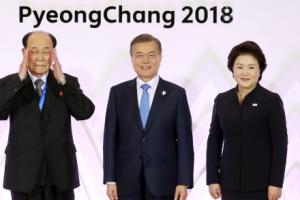 문 대통령, 김영남과 첫 만남…웃으며 악수 및 기념촬영
