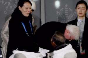 [포토] '밝은 미소' 김여정과 인사하는 문재인 대통령
