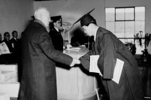 대학 100년史  '권력과의 악수'