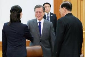[서울포토] 문 대통령, 북한 김여정과 악수