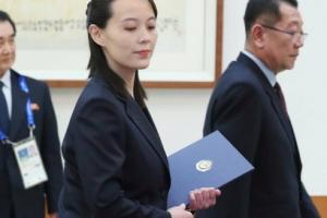 [서울포토] 김여정이 들고 있는 파란색 파일의 정체는?