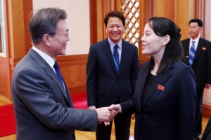 """문 대통령 """"평양은 못 가봤다""""... 김여정 """"통일 새장 여는 주역되시길"""""""