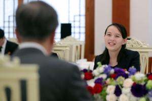 [서울포토] 문 대통령과의 오찬에서 환하게 웃고 있는 북한 김여정