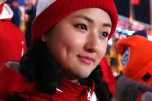 북한 응원단 붉은색 체육복 입고 '미소' 단일팀 응원준비